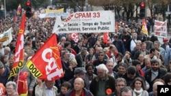 示威者在法国南部的一次集会中举着工会的旗帜