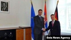 Prvi potpredsednik Vlade Srbije i ministar odbrane Aleksandar Vučić i ministar odbrane Nemačke Tomas de Mezijer rukuju se tokom današnjeg susreta u Berlinu.