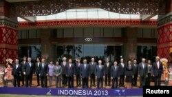 Para pemimpin negara-negara yang menghadiri KTT APEC di Nusa Dua, Bali, berfoto bersama seusai acara (8/10).