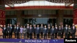 인도네시아 발리에서 열린 아시아태평양경제협력체(APEC) 정상회의에 참여한 각국 정상들이 기념촬영을 하고 있다.