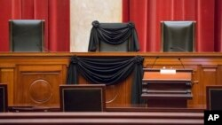Kursi tempat duduk Hakim Agung Antonin Scalia dibungkus dengan kain hitam setelah meninggalnya Scalia (dalam usia 79 tahun) yang menjadi hakim agung AS sejak tahun 1986 (16/2).