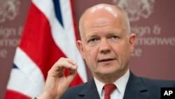 """Menlu Inggris William Hague dalam konferensi pers seusai pertemuan """"Sahabat Suriah"""" di London, Kamis (15/5)."""