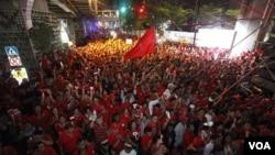 Demonstran anti-pemerintah 'Kaos Merah' melakukan unjuk rasa di pusat perbelanjaan Bangkok, Minggu 9 Januari 2011.