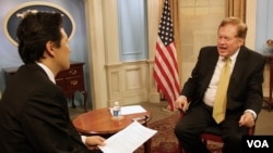 로버트 킹 미 북한인권특사(오른쪽)와 VOA 백성원 기자.
