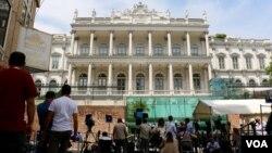 Представители прессы ждут результатов переговоров у дворца Кобургов в Вене. Австрия (архивное фото)