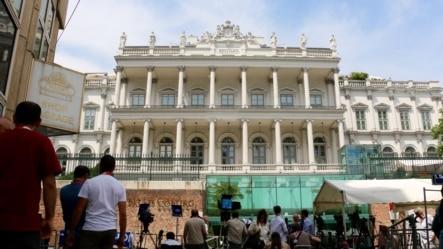 Giới truyền thông tập trung trước Cung điện Coburg ở Vienna, Áo, nơi diễn ra các cuộc đàm phán hạt nhân Iran, ngày 6/7/2015.
