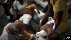 医生无国界组织的医生在太子港检查一名霍乱儿童病患