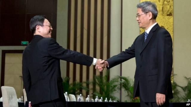Wang Yu-chi, left, head of Taiwan's Mainland Affairs Council, shakes hands with Zhang Zhijun, director of China's Taiwan Affairs Office, Nanjing, Feb. 11, 2014.