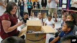 Cô giáo và học trò lớp 5 tại Adams Elementary School, Oklahoma City. Hình minh họa. (AP Photo/Sue Ogrocki, File)