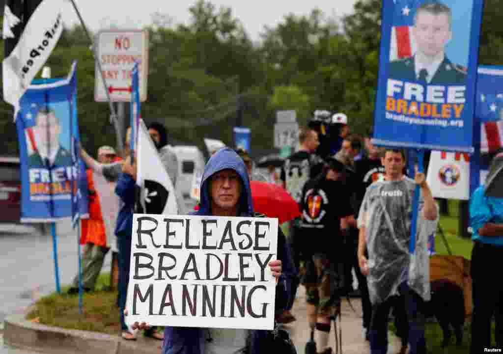 Người biểu tình đứng bên ngoài Trại Meade, tiểu bang Maryland để đòi thả Manning.