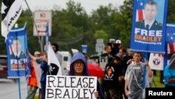 Người biểu tình kêu gọi trả tự do cho binh nhì Bradley Manning bên ngoài cổng chính của căn cứ Fort Meade ở Maryland, ngày 3/6/2013.