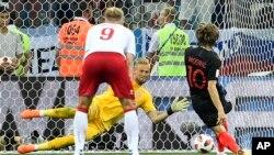 Thủ thành Đan Mạch Kasper Schmeichel cản phá một cú sút luân lưu của đội Croatia.