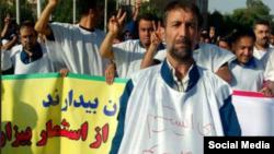 یک کارگر معترض روی کفن خود نوشته است: میایستیم میمیریم ذلت نمیپذیریم