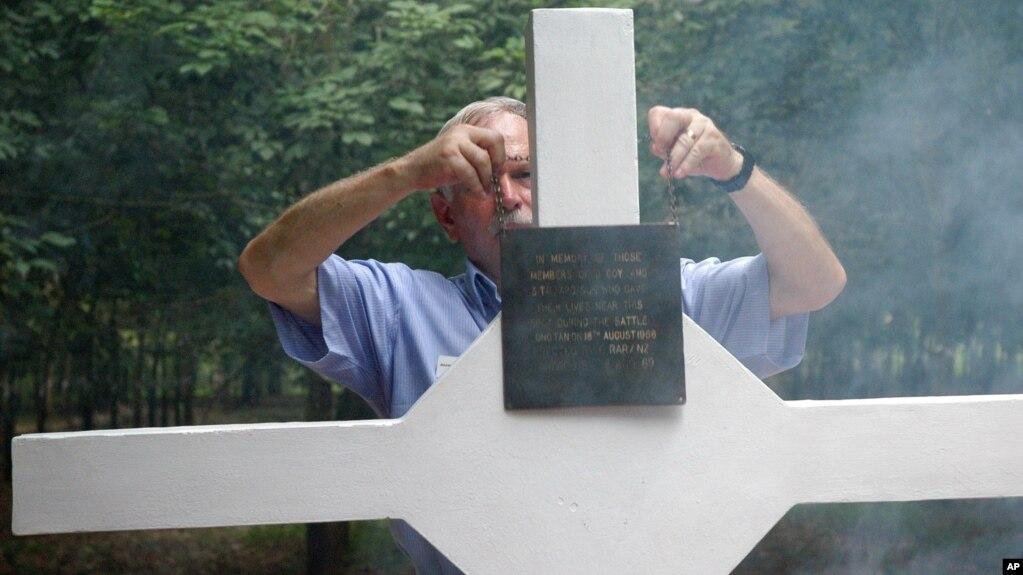 Một cựu chiến binh Úc đến Bia Thánh Giá Long Tân ở tỉnh Bà Rịa-Vũng Tàu trong dịp kỷ niệm 40 năm trận chiến, ngày 18/8/2006.