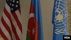 ABŞ, Azərbaycan və BMT-nin bayraqları