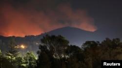 지난 28일 미국 캘리포니아주 요세미티국립공원 북서부 툴룸시에서 산불이 번지고 있다. 소방당국은 건조한 날씨에 바람까지 겹쳐 진화에 어려움을 겪고 있다.