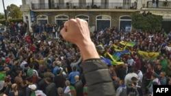 Des étudiants algériens lors de leur manifestation anti-gouvernementale hebdomadaire dans la capitale Alger, le 21 février 2020. (Photo by RYAD KRAMDI / AFP)