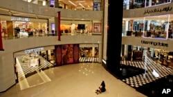 Suasana di sebuah mall di Dubai, UEA. (Foto: dok). Nur Qistina Fitriah Ibrahim,perempuan transgender yang belum menjalani operasi ganti kelamin, dan temannya, fotografer fashionMuhammad Fadli Bin Abdul Rahman,ditangkap diYas Mall, Abu Dhabi, 9 Agustus 2017.
