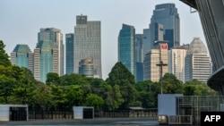 Deretan gedung pencakar langit milik bank terlihat dari stadion utama yang terlihat sepi dari aktivitas setelah jam kantor di tengah pandemi COVID-19 di Jakarta, 27 Agustus 2021. (Foto: BAY ISMOYO/AFP)