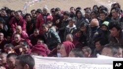 青海省玉树县藏人抗议场面