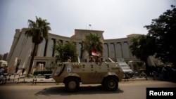 Бронетраспортер египетской армии охраняет вход в Верховный конституционный суд страны (архивное фото)