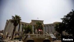 이집트 군인들이 헌법재판소를 지키고 있다
