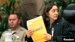 La jueza Yvette M. Palazuelos minutos antes de revelar el veredicto del jurado en el caso de Katherine Jackson vs. AEG Live.