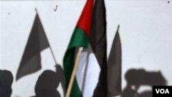 """Para aktivis """"Viva Palestina"""" mengibarkan bendera Palestina dalam konferensi pers di Kairo, Mesir (foto dokumentasi)."""