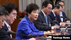 박근혜 한국 대통령이 22일 청와대에서 수석비서관회의를 주재하고 있다.