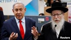 Umushikiranganji wa mbere wa Isirayeli Benjamin Netanyahu hamwe n'uw'amagara y'abantu, Yaakov Litzman i Kiryat Malachi, muri Isirayeli.