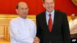 ປະທານາທິບໍດີ Thein Sein ຂອງມຽນມາ ຈັບມືກັບ ປະທານຄະນະກໍາມາທິການສະພາກາແດງ (ICRC) ທ່ານ Peter Maurer ທີ່ບ້ານພັກຂອງທ່ານ Thein Sein ໃນນະຄອນ Naypyitaw ຂອງມຽນມາ ໃນວັນທິ 14 ມັງກອນ 2013.