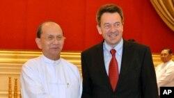 缅甸总统登盛(左)在纳比都的总统官邸会晤红十字国际委员会主席彼得·毛雷尔。(2013年1月14日)