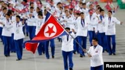 19일 인천 아시안게임 개막식에서 북한 선수단이 입장하고 있다.