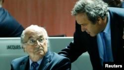 Michel Platini, président de l'UEFA discute avec Sepp Blatter,ex-président de la Fifa le 29 mai 2015 (REUTERS/Ruben Sprich)