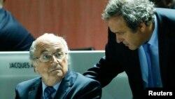 Michele Platini (de pie) y Joseph Blatter, fueron suspendidos provisionalmente por la FIFA.