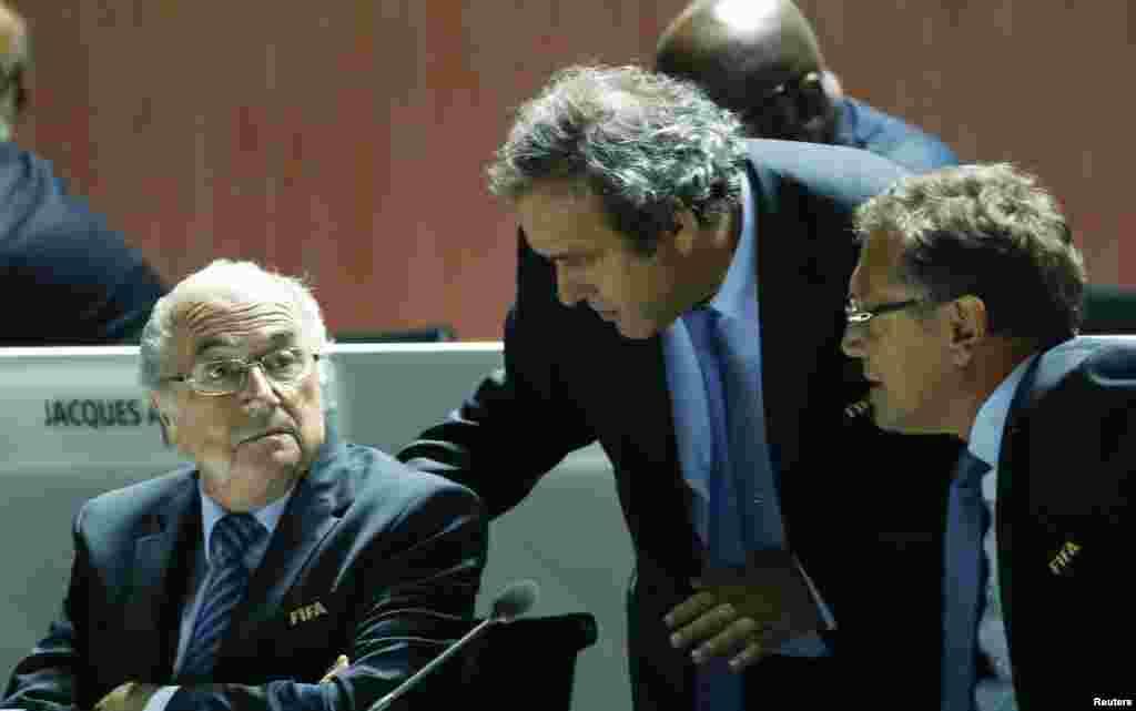 """فٹبال کی عالمی تنظیم """"فیفا"""" کے صدر سیپ بلاٹر نے کہا ہے کہ بدعنوانی کے سامنے آنے والے اسکینڈلز کھیل کے لیے """"شرمندگی اور ہتک"""" کا باعث بنے ہیں۔"""
