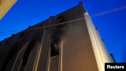 Sebuah gereja Koptik Mesir di Benghazi nampak terbakar (14/3). Gereja ini telah mengalami dua kali serangan dalam seminggu terakhir. (REUTERS/Esam Al-Fetori)