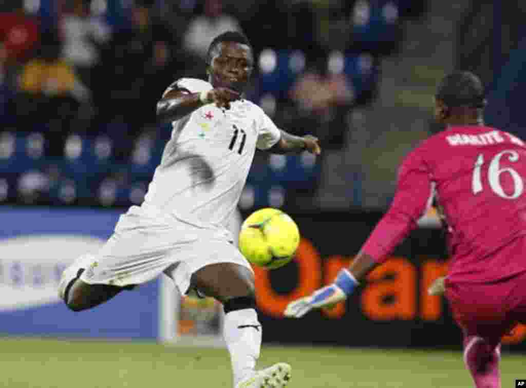 Mali's goalkeeper Soumbeyla Diakite makes a save from Ghana's Sulley Muntari (L) during their African Nations Cup Group D soccer match in Franceville Stadium January 28, 2012.