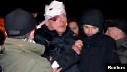 Ông Yurliy Lutsenko, cựu Bộ trưởng Nội vụ và là lãnh đạo phe đối lập Ukraina bị thương trong vụ xô xát với cảnh sát, 10/1/14