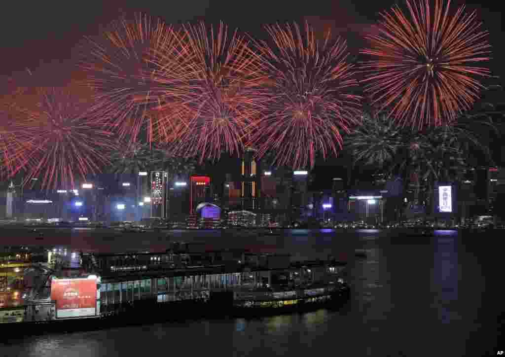 آتش بازی بر فراز آسمان پل ویکتوریای هنگ کنگ به مناسبت بیستمین سالگرد بازگشت هنگ کنگ به چین