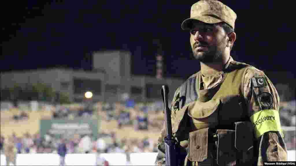 فوج کا ایک اہلکار چاک و چوبند سکیورٹی کے فرائض انجام دے رہا ہے۔
