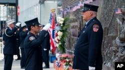 ادای احترام به بنای یادبود قربانیان یازدهم سپتمبر در نیویارک