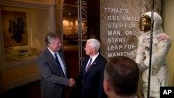 Рик Армстронг и Майк Пенс в Национальном музее воздухоплавания и астронавтики в Вашингтоне