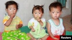 북한 함경북도 명천 군의 한 보육원에서 아이들이 빵을 먹고 있다. (자료사진)