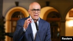 El ministro de Comunicaciones e Información del gobierno oficialista, Jorge Rodríguez, denuncia robo de armas por parte del presidente interino de Venezuela, Juan Guaidó.