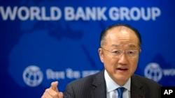 ARSIP – Dalam foto yang diambil tanggal 30 Juni 2016 ini, Presiden Bank Dunia, Jim Yong Kim berbicara di konferensi pers di New Delhi, India (foto: AP Photo/Saurabh Das, Arsip)