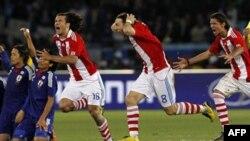 Cầu thủ đội Paraguay mừng chiến thắng sau khi hạ đội tuyển Nhật Bản trong trận tranh tài World Cup để vào vòng tứ kết