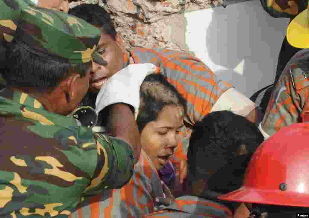 عمارت کے ملبے سے امدادی کارکنوں کو 17 دن بعد ایک خاتون ریشماں بیگم زندہ حالت میں ملیں۔