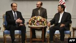 Thủ tướng Iraq Nouri al-Maliki (trái) trong cuộc gặp với Tổng thống Iran Mahmoud Ahmadinejad tại Tehran, ngày 18/10/2010