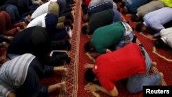 مسلمانان در آسترالیا حین ادای نماز در یکی از مساجد آن کشور